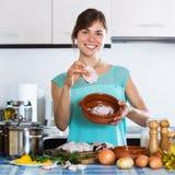 Mujer que hace pescado frito con patatas fritas Imágenes de archivo libres de regalías