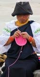 Mujer que hace punto Foto de archivo