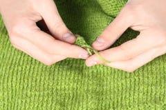 Mujer que hace punto el primer de lana verde de las cuerdas de rosca Fotos de archivo