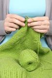 Mujer que hace punto el primer de lana verde de las cuerdas de rosca Fotografía de archivo libre de regalías