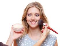Mujer que hace que el polvo sea aplicado por el artista de maquillaje Imagen de archivo