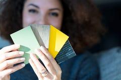 Mujer que hace redecorar mirando las muestras de madera Fotografía de archivo libre de regalías