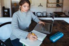Mujer que hace su preparación en café Imagen de archivo libre de regalías