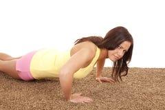 Mujer que hace un pushup Foto de archivo libre de regalías