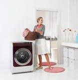 Mujer que hace un quehacer doméstico Foto de archivo libre de regalías