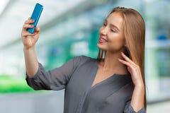 Mujer que hace un selfie Fotografía de archivo