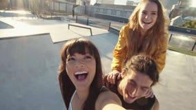Mujer que hace un selfie con los amigos en la bici almacen de metraje de vídeo