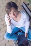 Mujer que hace una llamada de teléfono Imagenes de archivo