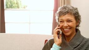 Mujer que hace una llamada de teléfono almacen de video