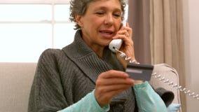 Mujer que hace una llamada de teléfono almacen de metraje de vídeo