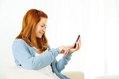 Mujer que hace una llamada en el teléfono móvil Imagen de archivo libre de regalías