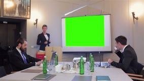 Mujer que hace una presentación del asunto almacen de video
