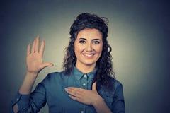 Mujer que hace una promesa Foto de archivo libre de regalías