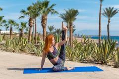 Mujer que hace yoga imagen de archivo libre de regalías