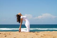 Mujer que hace yoga Imagen de archivo