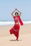 Mujer que hace yoga imágenes de archivo libres de regalías