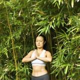 Mujer que hace yoga. Imagenes de archivo