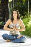 Mujer que hace yoga. Foto de archivo libre de regalías