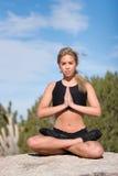 Mujer que hace yoga Fotos de archivo