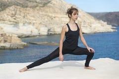 Mujer que hace yoga Fotografía de archivo libre de regalías