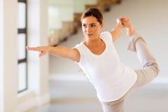 Mujer que hace yoga fotografía de archivo