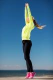 Mujer que hace yoga al aire libre fotografía de archivo