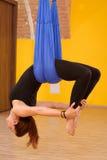 Mujer que hace yoga anti de la antena de la gravedad Imagen de archivo libre de regalías