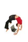 Mujer que hace yoga con la computadora portátil Fotografía de archivo libre de regalías