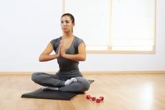 Mujer que hace yoga en el país Imagen de archivo libre de regalías