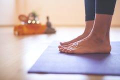 Mujer que hace yoga en el piso de madera Imágenes de archivo libres de regalías