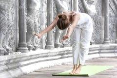 Mujer que hace yoga en templo abandonado Foto de archivo libre de regalías