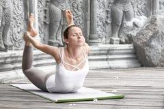Mujer que hace yoga en templo abandonado Fotos de archivo libres de regalías