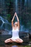 Mujer que hace yoga en una piscina de agua imagenes de archivo