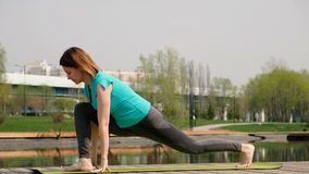 Mujer que hace yoga o deporte por la charca, al aire libre metrajes