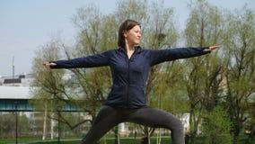 Mujer que hace yoga por la charca, al aire libre almacen de video