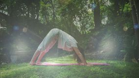 Mujer que hace yoga metrajes