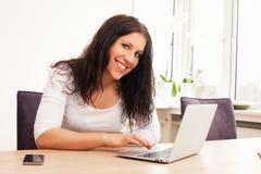 Mujer que hojea el Internet Fotografía de archivo