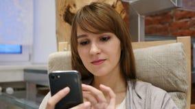 Mujer que hojea en línea en Smartphone, búsqueda de Internet metrajes