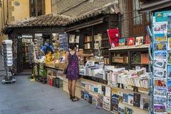 Mujer que hojea en la librería de segunda mano, Madrid, España foto de archivo libre de regalías