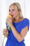 Mujer que huele una rosa Fotografía de archivo libre de regalías