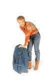 Mujer que intenta abrir su maleta Imágenes de archivo libres de regalías