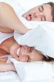 Mujer que intenta dormir Foto de archivo libre de regalías
