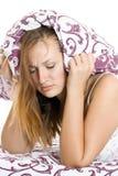 Mujer que intenta dormir Imagen de archivo libre de regalías