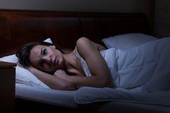 Mujer que intenta dormir Fotografía de archivo