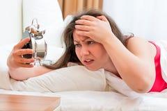 Mujer que intenta dormir con insomnio Foto de archivo libre de regalías