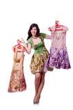 Mujer que intenta elegir el vestido Imagenes de archivo