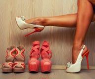 Mujer que intenta en sus zapatos foto de archivo libre de regalías