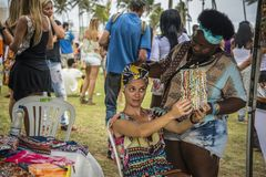 Mujer que intenta en un turbante, Salvador, Bahía, el Brasil imágenes de archivo libres de regalías