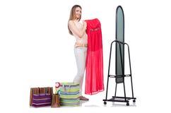Mujer que intenta la nueva ropa Imagenes de archivo