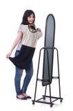 Mujer que intenta la nueva ropa Foto de archivo